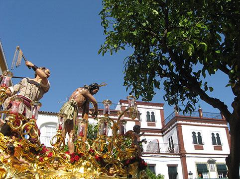Imagen inédita del paso del Cristo, en la Plaza del Carmen antes del inicio de la misa. Foto: Remedios Camero.