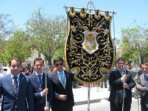 Hermanos del Santo Entierro de Osuna, frente al Rectorado, el sábado. Foto: Remedios Camero.