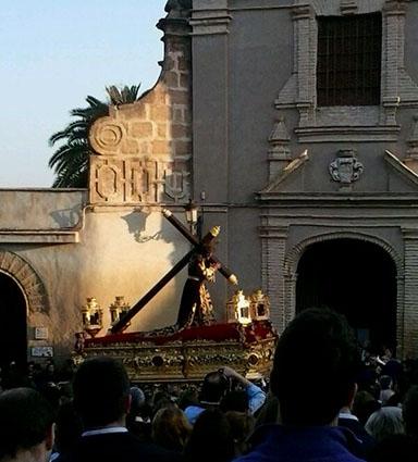 Jesús Nazareno pasando por el Convento de las Descalzas, hacia las 7 de la mañana del Viernes Santo.