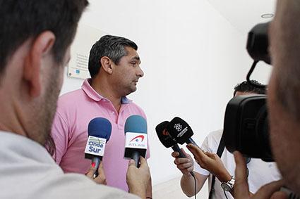 Juan José Cortés, atendiendo a los medios a la salida de su visita al Ayuntamiento de Estepa
