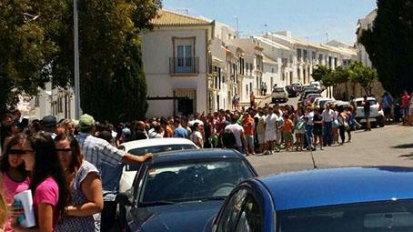 Vecinos de Estepa, concentrados hoy en las puertas del cuartel de la Benémerita mientras se tomaban declaraciones