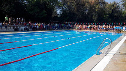 Imagen de la piscina de Marinaleda ayer, con los participantes del campeonato comarcal
