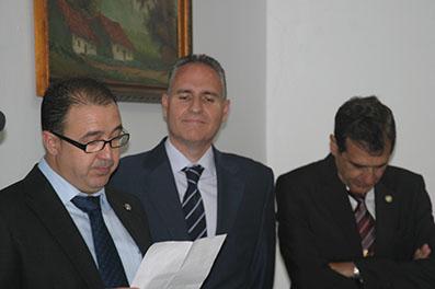 El presidente de la Peña Bética de Osuna, leyendo unas palabras en presencia del nieto de Benito Villamarín