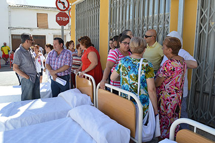 Los convocantes de la protesta, con las camas que han sacado a la calle