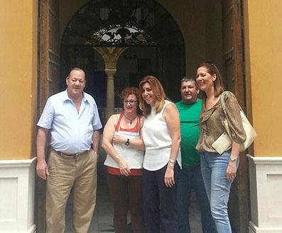 La presidenta de la Junta y la alcaldesa de Osuna, a las puertas de la Peña Bética de la localidad.