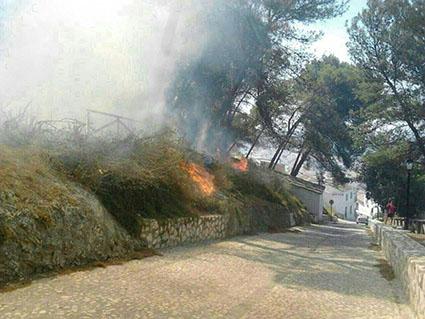 Dos focos del incendio de hoy, en uno de los carriles del Cerro
