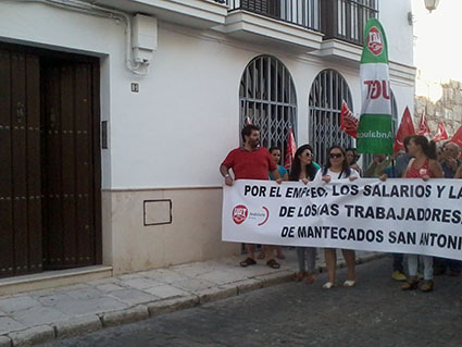 Los manifestantes, parados en la puerta de AFAMES