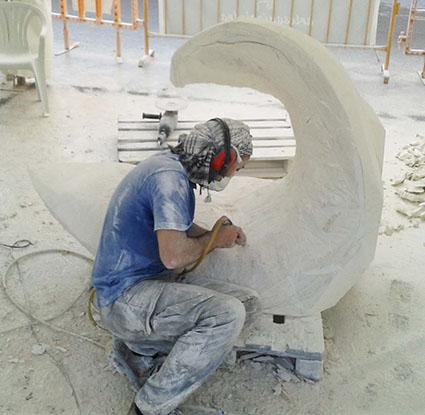 El escultor Antonio Samo, ultimando su obra en piedra caliza