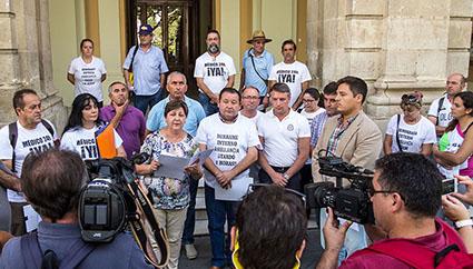 Los responsables políticos que encabezaron la manifestación de ayer, junto a plataformas, a las puertas del Ayuntamiento de Sevilla