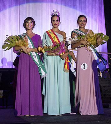 La joven elegida como Reina 2014, acompañada de sus dos damas de honor