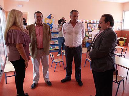 Los responsables políticos, en un momento de la visita al nuevo aulario