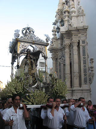 La Virgen del Carmen de Estepa, a su salida del templo. Foto: Reme Camero.