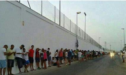 Imagen de la larga fila de personas aguardando esta mañana para entrar al casting de Juego de Tronos en Osuna
