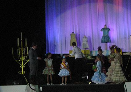 La reina infantil de la feria estepeña 2014, junto a las dos damas de honor, el alcalde y la ganadora de la edición 2013