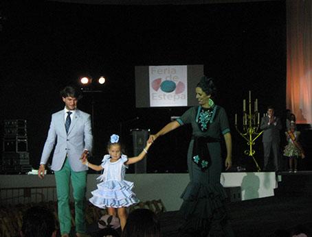 Beatriz García y Francisco Javier Rodríguez, presentadores del evento, con la niña ganadora