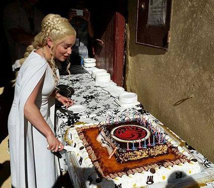 La actriz Emilia Clarke, sorprendida con una tarta en pleno rodaje, esta tarde. Foto: Facebook Ayto. Osuna.