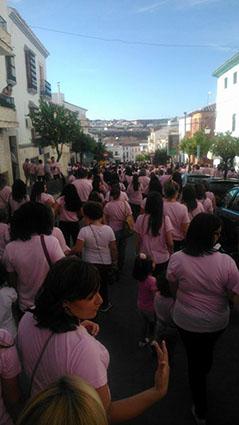 Más de mil vecinos secundaron ayer la I Marcha contra el Cáncer de Mama en Casariche. Foto: Chari del Pozo.