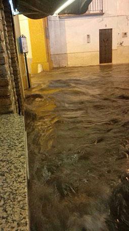 Impresionante vista del paso del Arco de la Pastora de Osuna, inundado, tras la tromba de agua de anoche. Foto: redes sociales.