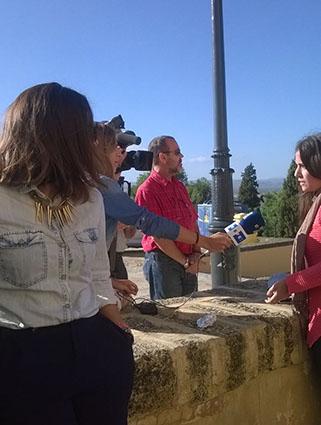 Periodistas de la Agencia EFE, entrevistando ayer a alumnos de la Escuela Universitaria de Osuna. Foto: M.A.C.