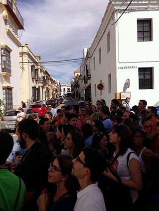 Los fans de la serie, expectantes a la puerta del Hotel Marqués de la Gomera de Osuna