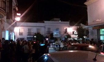 Fans de la serie, a las puertas de Casa Curro, esta noche. Foto: L.A.C.