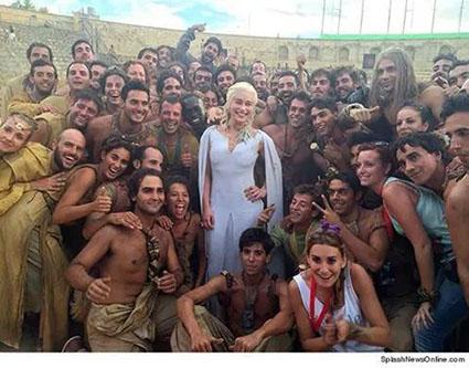 Una de las actrices principales del reparto, posando con los extras que han participado en el rodaje de Osuna