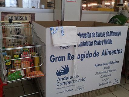 Contenedor para la recogida de alimentos situado en DIA Estepa, esta mañana