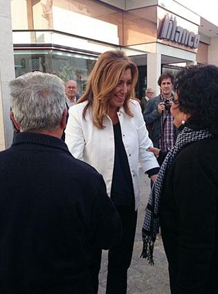 Susana Díaz, a su llegada a Estepa, saludando a vecinos. Foto: P.J.L.
