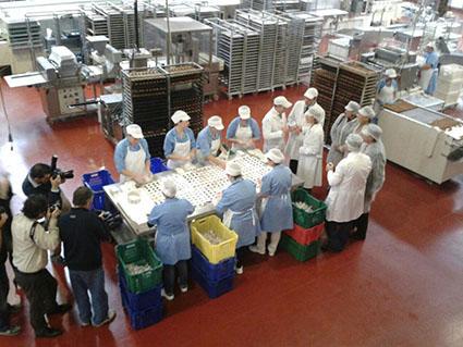 García Tejerina, visitando una fábrica de mantecados en Estepa. Foto: Ministerio de Agricultura