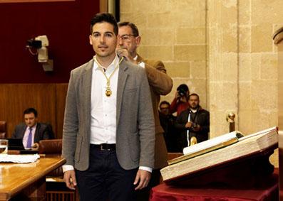 Álvaro García, en el momento de tomar posesión de su escaño como parlamentario andaluz, de manos del presidente de la Cámara, Manuel Gracia.
