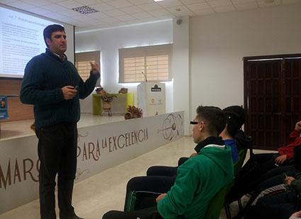 Uno de los conferenciantes, José Martín, impartiendo su charla el día de la inauguración de las jornadas. Foto: R.C.