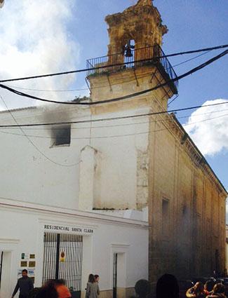 La iglesia de Santa Clara, en el momento del incendio, mientras éste era sofocado. Fotos: redes sociales.