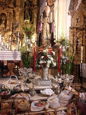 La imagen de San Blas, presidiendo las bendiciones de hoy en Estepa. Fotos: R.C.