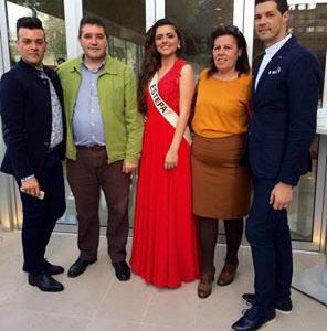 Melania Moreno, acompañada de sus estilistas y representantes municipales. Foto: Facebook Reyes&Ruiz