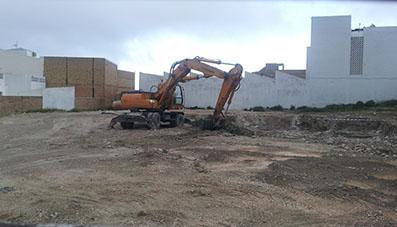 Las máquinas ya trabajan en el solar del antiguo silo de Estepa. Foto: R. Camero.