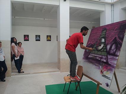 Opash Creative, en un momento de la ejecución de su graffiti, ayer. Foto: R. Camero.