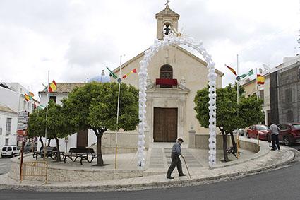 Iglesia de los Remedios y barrio engalanado. Foto: Ayuntamiento Estepa.