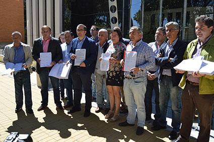 Alcaldes entregan nóminas en consejería