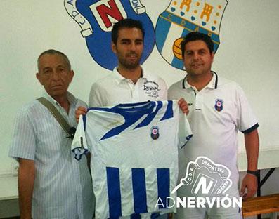 Antonio Rueda, en el centro, el día de su renovación por el club nervionense. Foto: @ADNERVION
